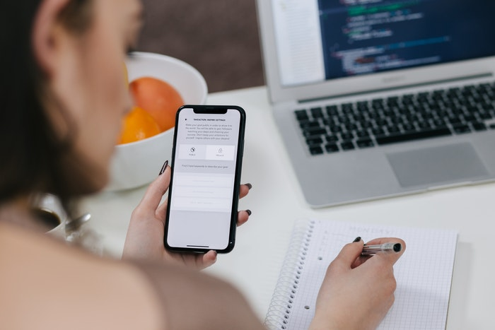 Kvinde søger på nettet med mobiltelefon